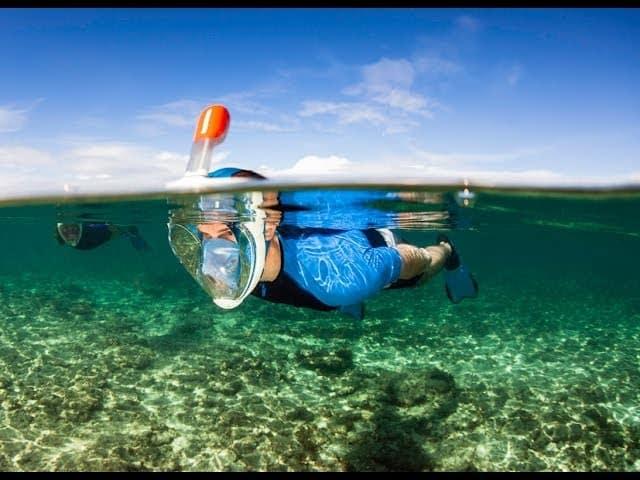 Puedes vaciar el snorkel dejándolo sobre la supeficie