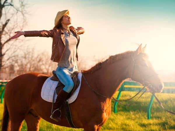 montar a caballo en la naturaleza