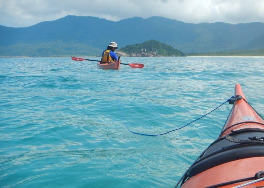 Cómo remolcar un kayak de mar