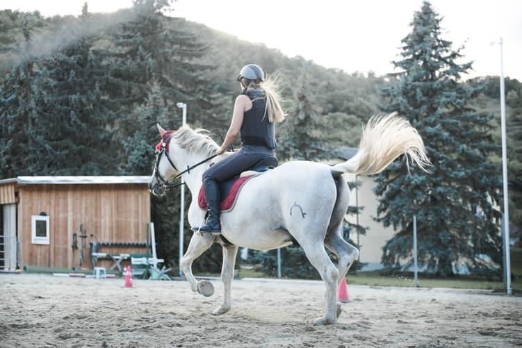 Beneficios de montar a caballo para los jovenes